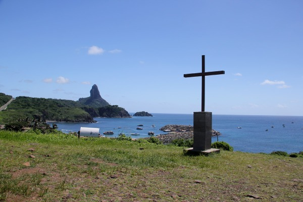 A vista da Capela de São Pedro para o Porto Santo Antônio e o Morro do Pico mais ao fundo