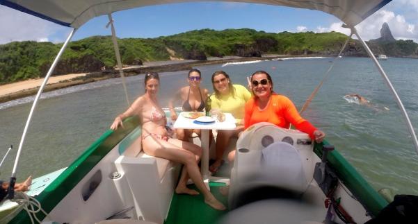 Almocinho com as meninas na lancha do Dipeto
