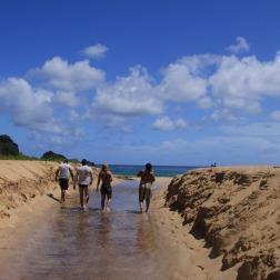 Voltando da cachoeira para a praia