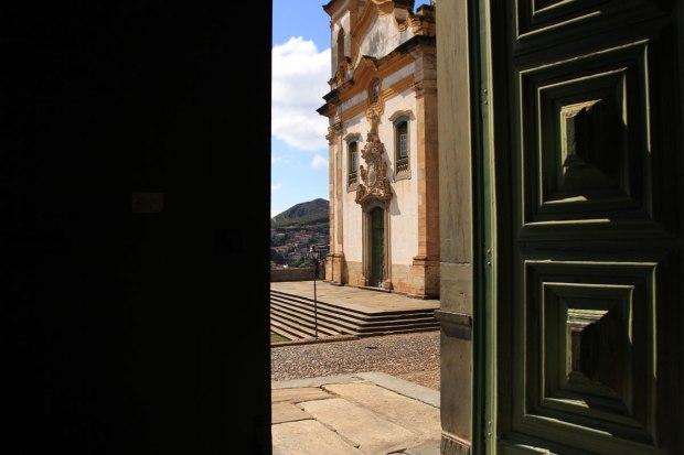 Igreja São Francisco de Assis, vista de dentro da Igreja Nossa Senhora do Carmo, Mariana
