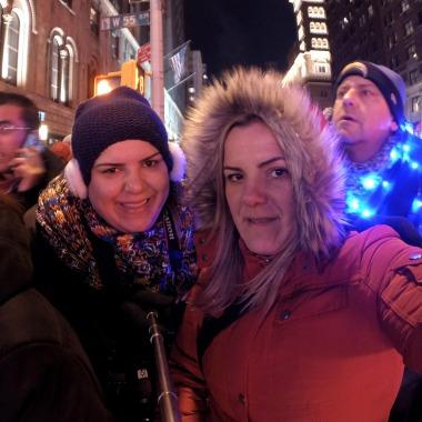 """Minha irmã vai me matar por postar essa foto, mas é só pra que vocês vejam a nossa cara de sofrimento, morrendo de frio, antes de """"desistirmos"""" da loucura rs"""