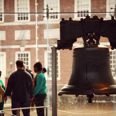 Liberty Bell, no Independence Hall, na Philadelphia. Sino da Liberdade, símbolo da Revolução Americana e da Guerra de Independência. Um lugar sagrado para os americanos. Ao fundo, aliás, uma família em oração