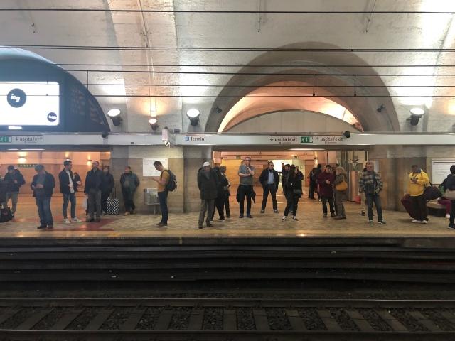 Estação de metrô dentro da Roma Termini, sentido Laurentina, para o Coliseu